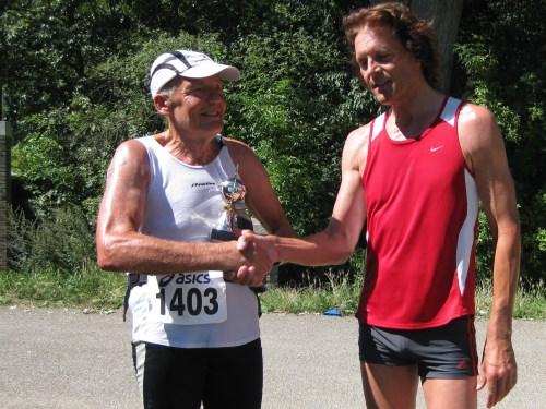 Gijs Honing ontvangt tijdens de Bosbaan Marathon 2012 een beker ter ere van zijn 600ste marathon.