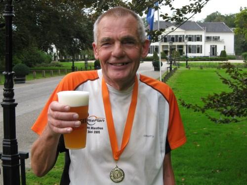 Gijs Honing geniet na afloop van de Engelenburg Marathon in Brummen van een Erdinger alcoholvrij.